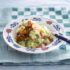 Spruitjesstamppot met piccalillyjus en gebakken hamblokjes