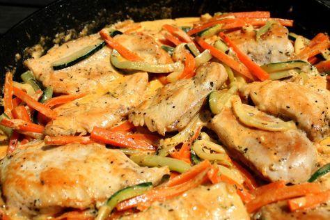 Kiváló nyári étel ez a cukkinis csirkemell sárgarépával, tejszínnel. A tejszín nem nyomja el a zöldségeket, viszont nagyon jó ízt ad neki, miközben az egész könnyed marad.