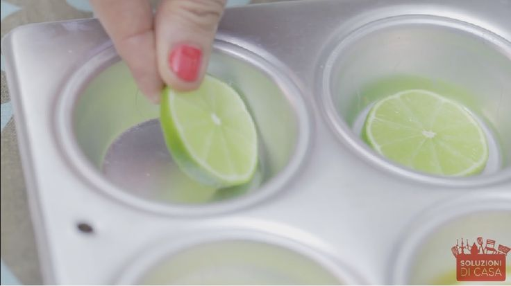 Un trucco per avere bibite fresche - VIDEO - Un'alternativa ai classici cubetti di ghiaccio. Con questo trucco renderete le vostre bibite fresche e aromatizzate in un colpo solo.