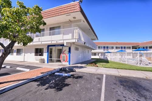 Motel 6 Pittsburg Pittsburg (California) Boasting a seasonal outdoor pool and a terrace complete with loungers, this Pittsburg motel is 13 miles from Sun Valley Mall. All rooms include cable TV with extended channels.