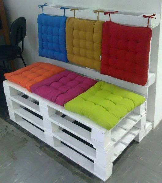 zitbank van 2 pallets met kleurige kussens