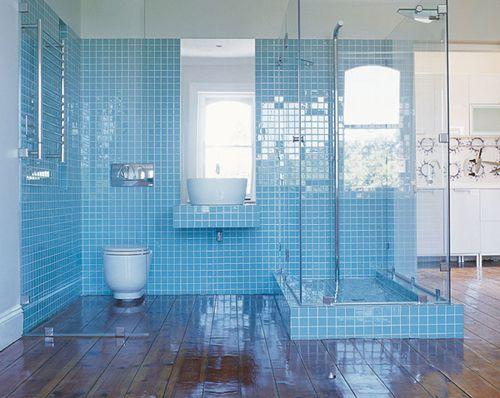 Licht blauwe badkamer met veel glas en een prachtige houten vloer | Interieur inrichting