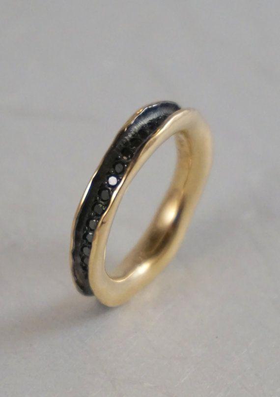 Een bijgewerkte versie van de klassieke eeuwigheid diamond wedding ring. Deze ring is hand gesneden in een organische, vloeiende vorm en vervolgens gegoten in 14 k geel goud, 1.5mm zwarte diamanten zijn pave set helemaal rond de ring waardoor een prachtige moderne combinatie van goud tegen de zwarte diamanten. Achter de zwarte diamanten is zwarte rhodium plated, die kan worden weggelaten als u verkiest. Dit is een prachtige ring gedragen gestapeld met een andere band.  De ring is ongeveer…
