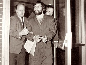 The Criminal Mind Blog: The Amityville DeFeo Family Murders. Ronald DeFeo Jr, age 23, is arrested on November 13th, 1974 http://marinascrimesolutionblog.blogspot.gr/2010/11/about-amityville-murders.html#