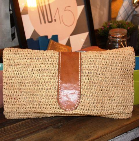 Cette pochette esten raphia et cuir, tissée à la main à Madagascar.Mariage de fibres naturelles, elle est très élégante et pratique  Dimensions :30 x 18 cm