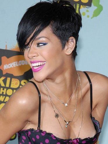 Taglio di capelli rasato ai lati e ciuffo lungo per Rihanna