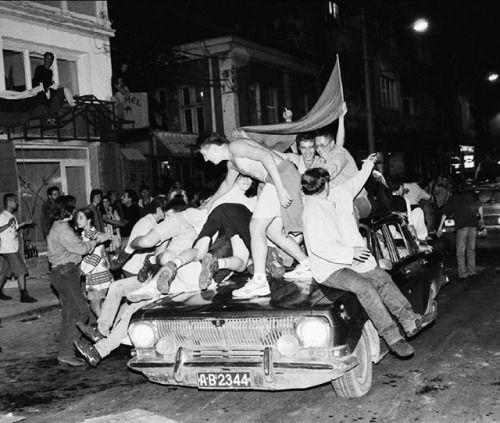 Nikon 100th Anniversary: 100 anni di storie Durante i mondiali di calcio USA 94 la nazionale bulgara sconfisse la Germania nei quarti di finale arrivando in semifinale. Per festeggiare la vittoria la gente si riversò in strada ad esultare e ballare. Quest'immagine scattata dal fotogiornalista Georgi Georiev mostra l'atmosfera della capitale del paese Sofia in quel momento. Georgi Georgiev  Djoni con Nikon #F4  AF-S Zoom NIKKOR 2870mm f/2.8D IF-ED #nikon100 #nikoncentoanni #iamdifferent…