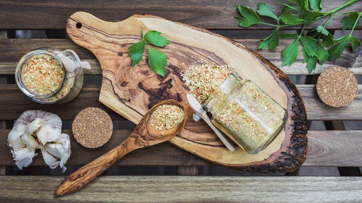 Vegeta apodobná dochucovadla sečasto označují jako nejdražší sůlnasvětě: obsahují totiž především právě sůlaglutamát sodný azeleniny jenzlomek. Vyrobte siraději vlastní polévkové koření, dokterého dáte opravdu jensamé zdravé ingredience.