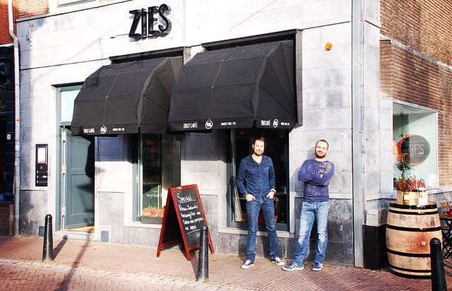 Zies, anew wine bar and bistro onthe Twijnstraat, opened its doorsalmost three months agoand the owners Francies Slee andAnthony Scheffers have been very busy since the opening. They produced a Christmas lipdup, scored an 8+ in the 'gouden pollepel' test bythe newspaper AD and produced apromotional video. But their main business? Ensure that their guests ...