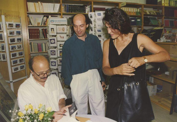 21/6/1994: Ο Γιάννης Ξανθούλης υπογράφει σε κάποιο από τα βιβλία του υπό το βλέμμα του Νίκου Καρατζά.