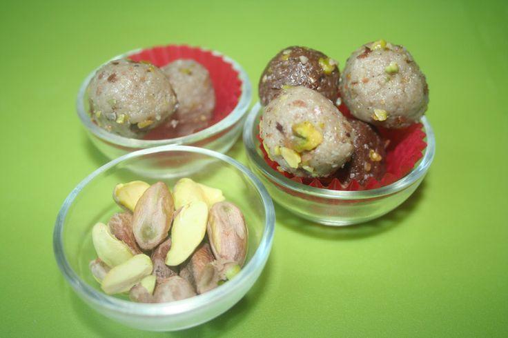 Bomboane din halva raw vegan cu fistic (80g) Ingrediente: semințe de floarea soarelui, pastă de susan, fistic, miere. Preț: 20,00 lei