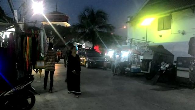 Setelah mendapat SP 1 dari Walikota Jakarta Utara, warga di sekitar Masjid Luar Batang terlihat resah. Alat berat dan aparat gabungan telah bersiaga