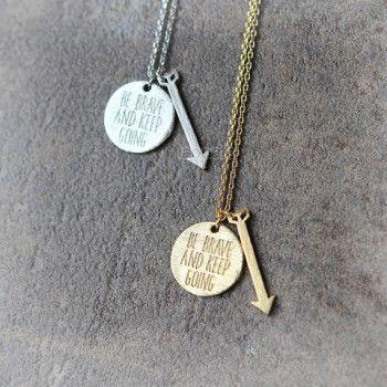 """Collier idée cadeau femme . Collier """"Be brave and keep going"""" monté sur une chaîne plaque or 14k ou argenté. Un bijou raffinée et tendance à la fois à porter tous les jours.  Disponible en doré et argenté. Emballage cadeau offert!"""