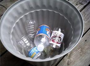 En lugar de poner rocas en la parte inferior de grandes plantadores de porche, que llena la parte inferior con botellas vacías de plástico 20 onzas sellados! Le dan a la olla el drenaje que necesita, sin añadir todo ese peso extra! Tan inteligente !!