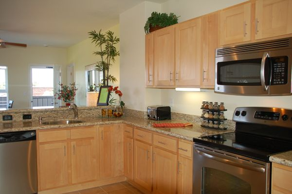 Light colored oak cabinets with granite countertop for Light colored kitchen cabinets