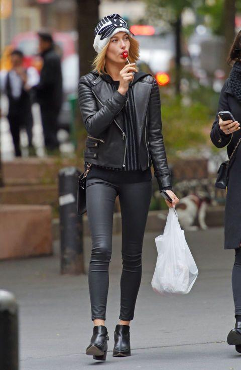Una de sus prendas 'must' es la típica cazadora perfecto que suele asociar con jeans ajustados y botines. Nos encanta.