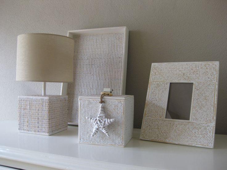 Objectos diversos revestidos com rattan pintado de branco e decapado