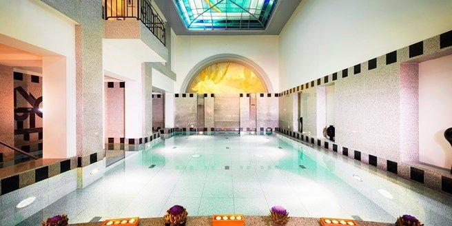 800 Quadratmeter im römischen Bäder-Design, ein Pool, der von einer Glaskuppel überspannt wird: Wir haben für Sie einen Wellnesstag im edlen Royal Spa des Fünf-Sterne-Hotels Dorint Maison Messmer Baden-Baden verhandelt. Entspannen im Spa, sporteln im Fitnessraum und eine Aromaöl-Massage – dafür zahlen Sie nun 79 € statt 130 € pro Person. #wellness #massage #badenbaden #sauna