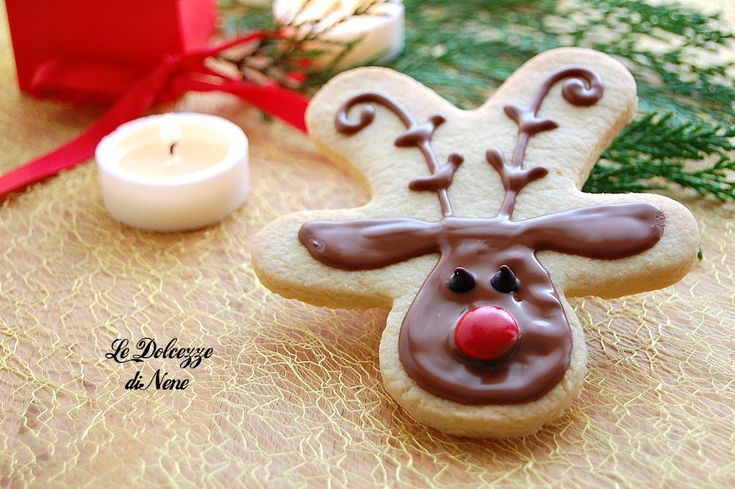 BISCOTTI RENNE DI NATALE . Golosi biscotti di pasta frolla ricoperti e decorati con cioccolato. Piaceranno a tutti! Idea regalo per Natale.
