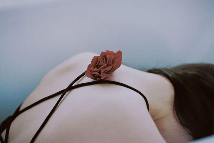 Της Γεωργίας Ανδριώτου. Θα ήθελα τόσο πολύ να σου πω αυτό που περιμένεις ν' ακούσεις. Να χαϊδέψω τα άλλοθι που σκορπάς σπάταλα, μόνο και μόνο για να κρατήσεις ζωντανή στην καρδιά σου την ελπίδα σου ότι εκείνος είναι έρωτας κι [...]