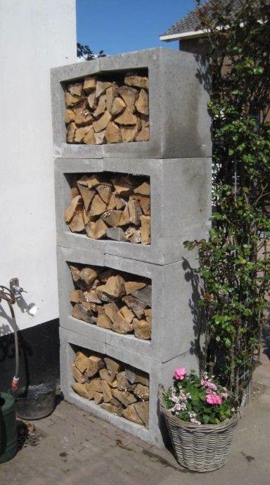 """Helemaal leuk: een houtopslag gemaakt van """"U-vormige"""" betondelen. Dus heel makkelijk op elkaar te stapelen."""