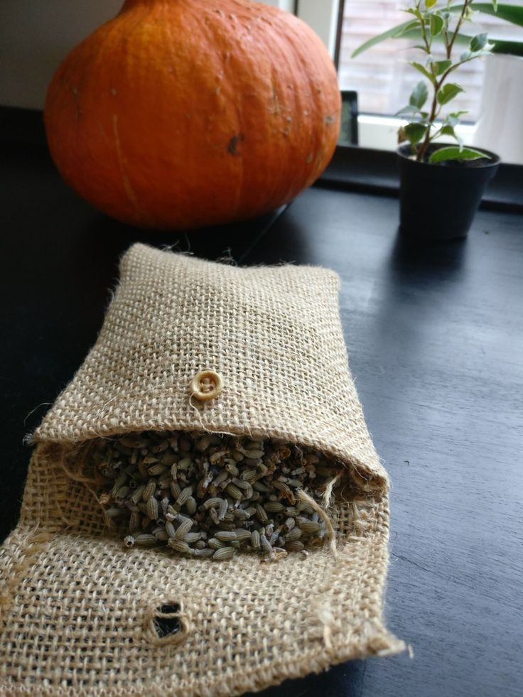 Duftpose med hjemmedyrket lavendel ☀️posen kan bruges i stedet for vaskemiddel og skader på ingen måde miljøet.