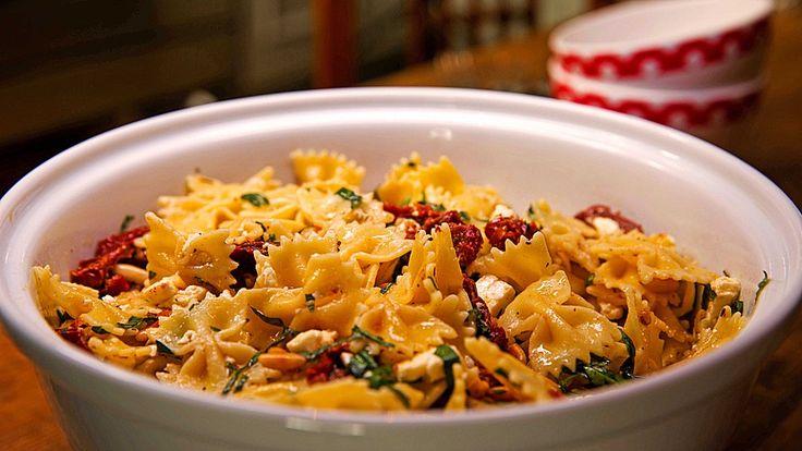 Nudelsalat mit getrockneten Tomaten, Pinienkernen, Schafskäse und Basilikum, ein schmackhaftes Rezept aus der Kategorie Kochen. Bewertungen: 308. Durchschnitt: Ø 4,6.
