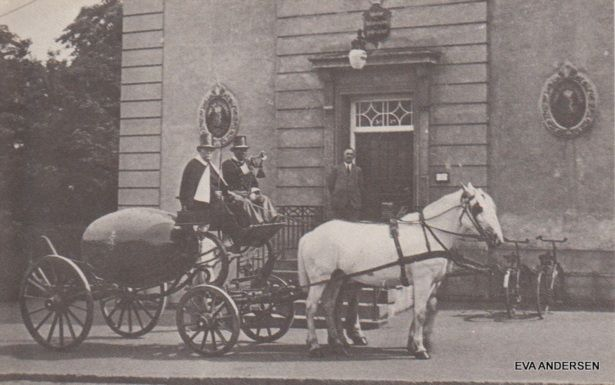Kuglepostvogn foran postkontoret Farimagsgade 1935