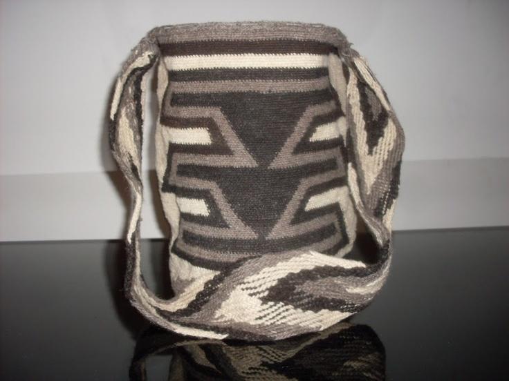 Se venden mochilas y artesanías de los indígenas colombianos Wayúus y Arhuacos. Teléfonos de contacto: 3154475651.Bogotá-Colombia.