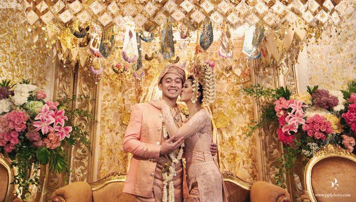Minang wedding with suntiang. Kebaya by Ferry Sunarto - www.thebridedept.com #ferrysunarto #inspirasikebaya #kebaya #indonesia #kebayamodern