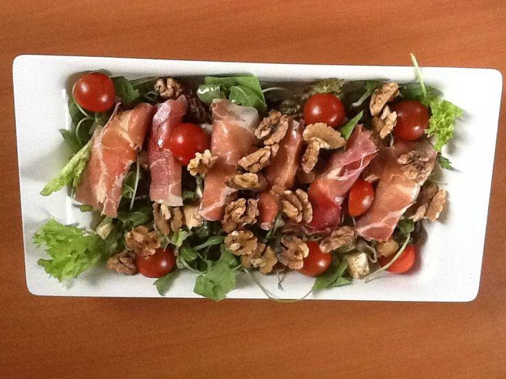 Italiaanse Salade Met Mozzarella En Parmaham recept | Smulweb.nl