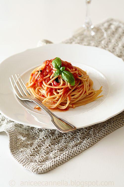 Spaghetti al pomodoro fresco, olio e basilico