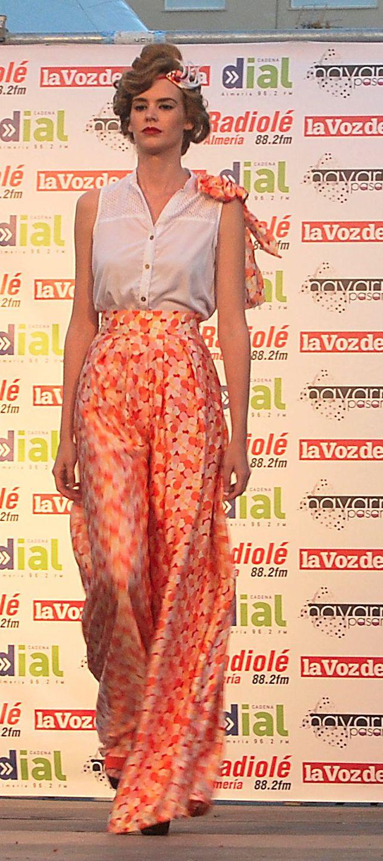Pantalones estampados en tonos anaranjados. Pantalones con pliegues, volumen y pata de elefante.