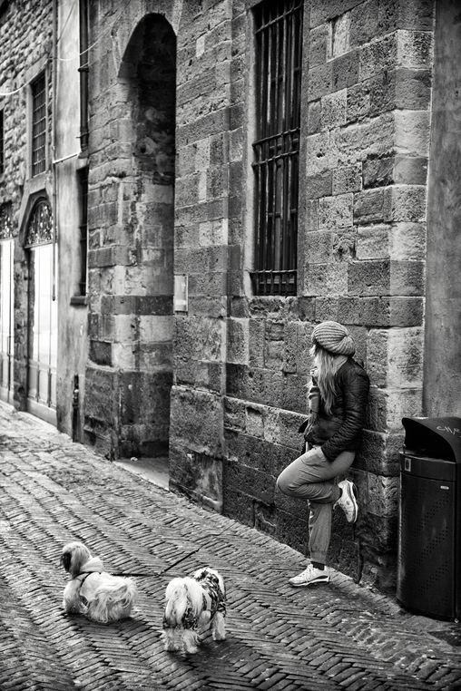Aspettando. Scorcio dei vicoli di Città Alta - foto di Nicola Furini --- Questa fotografia partecipa al Concorso Fotografico Bergamo, per votarla condividila dalla pagina Facebook http://on.fb.me/1bfzk4E (la trovi tra i post di altri) e carica anche tu le tue foto su www.orobie.it per partecipare al concorso!