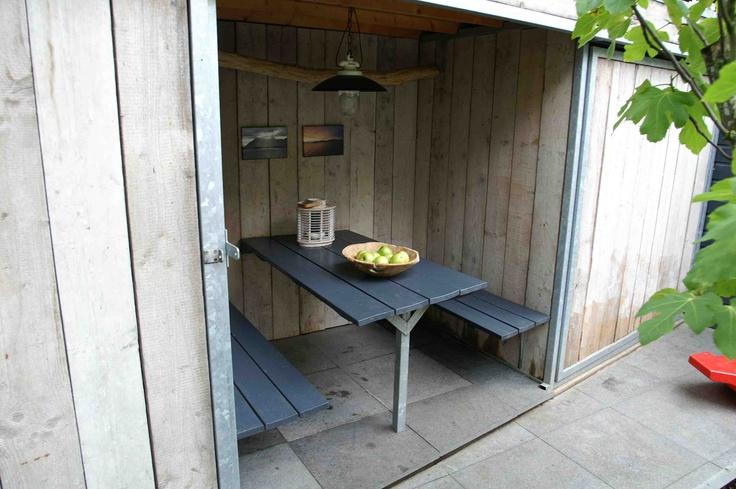 Stoere overkapping van steigerhout.  Knus en sfeervol zitgedeelte ontwerp en aanleg hoveniersbedrijf van Elsäcker tuin Vlaardingen