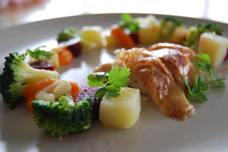 Mijn eigen versie van kip met wortelzalfje, rode biet, selder, aardappel en broccoli.       kip met citroen + rozemarijn in de oven. Aardappelen lichtjes gepocheerd en daarna gebakken in oven met boter +olie.  Broccoli beetgaar gestoomd.   Worteltjes gekookt met blokje kippenbouillon en daarna gemixt.   Rode bietjes gekookt en afgekoeld.