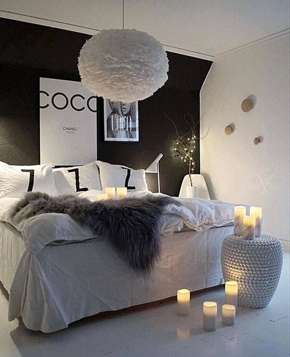 d coration chic et glamour pour cette chambre avec la suspension blanche eos en plumes qui. Black Bedroom Furniture Sets. Home Design Ideas