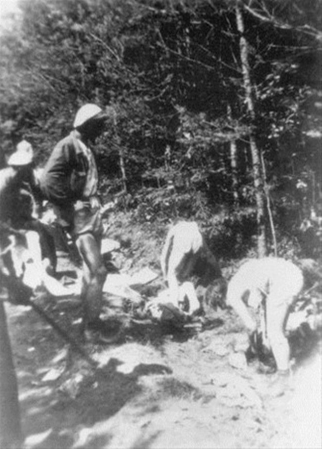 расстрел голых девушек в лесу