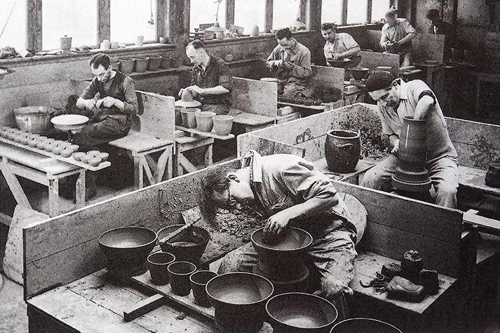 Zaalberg-draaierij. De geschiedenis van Potterij Zaalberg begint met een moedige daad van oprichter Herman Zaalberg (1880 - 1958). In economische moeilijke tijden maakte hij zijn droom waar: HIj begon een eigen aardewerkfabriekje. Drie generaties Zaalberg hebben inmiddels de firma door bijna 100 jaren heengeloodst en daarbij menige storm getrotseerd.