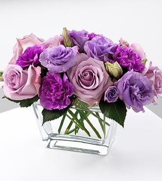 Centro de mesa florero bajo en tonos lila con rosas y lisianthus