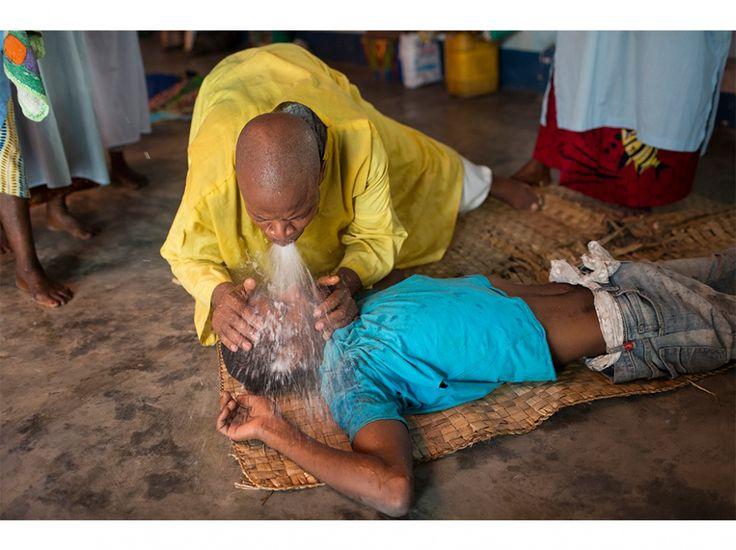 Messe de la secte Tata Gonda, un prophète autoproclamé du Congo ayant annoncé l'avènement d'un messie noir. Ces prêtres aident les malades ou les parents désespérés qui craignent que leur enfant ne soit envoûté.