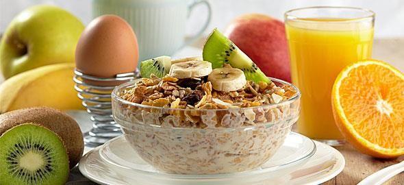 Ναι στο πρωινό – όχι με το ζόρι, λένε οι ειδικοί, και συνιστούν τις πιο υγιεινές τροφές που πρέπει να καταναλώνετε καθημερινά για να γεμίζετε ενέργεια, χωρίς να παίρνετε βάρος.