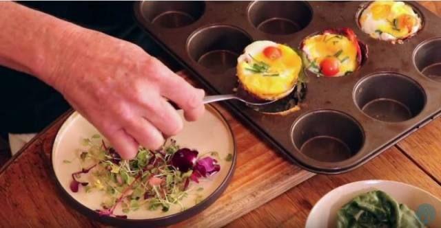 'n Nuwe manier om eier, spek en kaas voor te sit. Kyk hier hoe Lochner dié maklike en lekker brekfis maak.