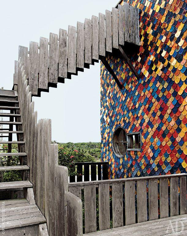 Деревянная лестница ведет на террасу на крыше, где Пеше любит загорать.