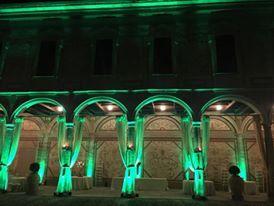 Particolare corte nobile con luci verdi