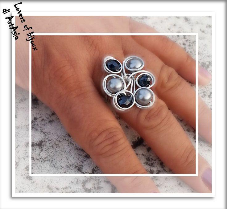 Anello realizzato con filo d alluminio e perle cerate, grigio perla e nere. Handmade in italy, artigianato italano