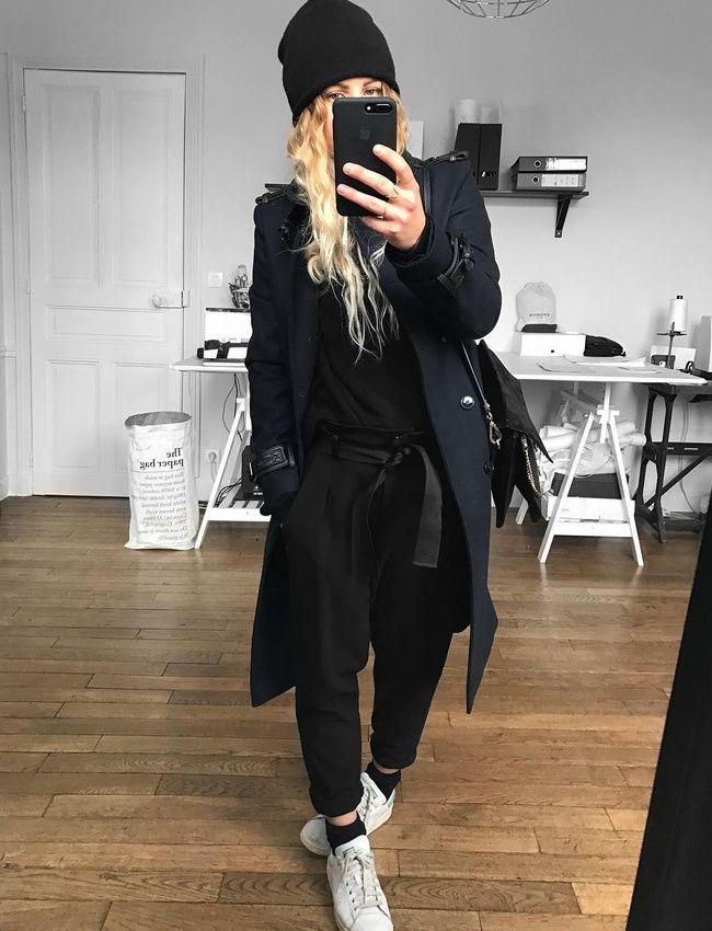 Manteau bleu marine + look carbone + longs cheveux blonds = le bon mix (photo Meleponym)