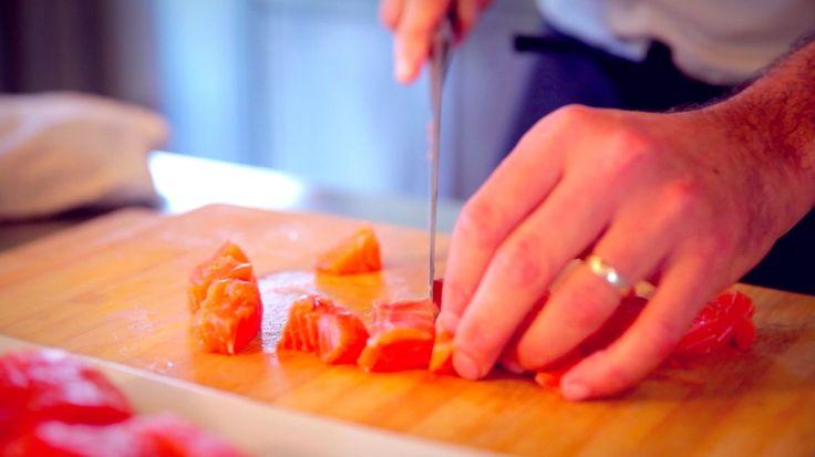 Le video ricette: riso venere al salmone norvegese - tagliare salmone