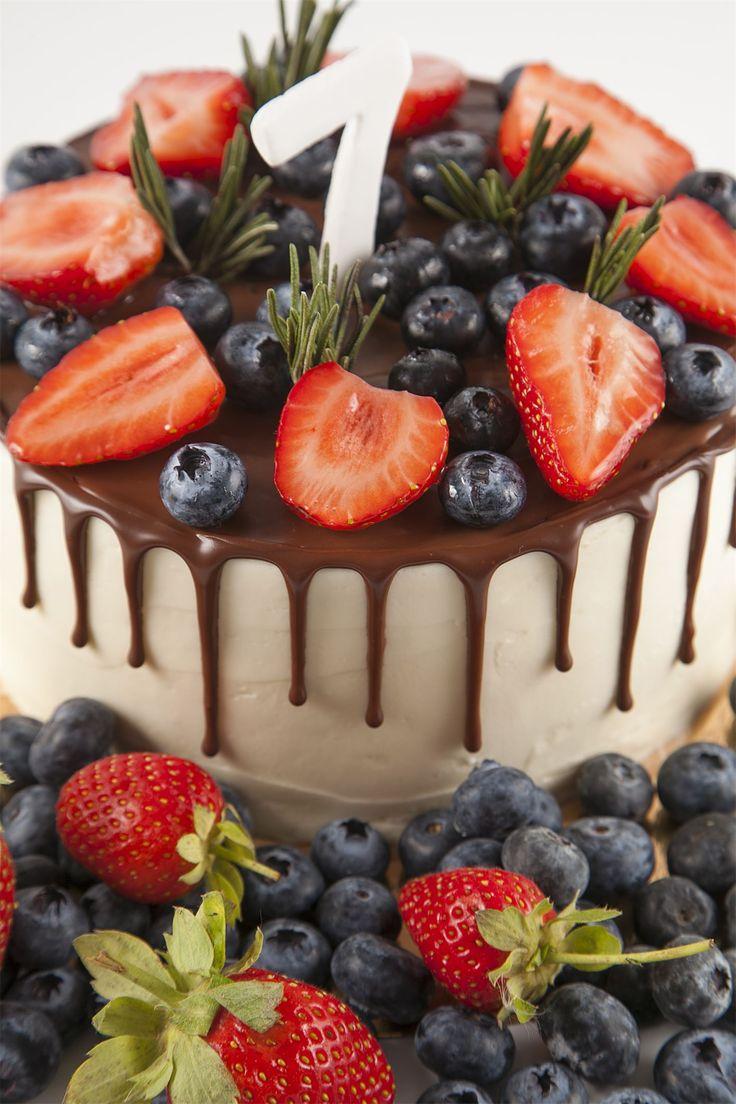 Несколько фактов о тортах:  - В средние века тортом считали круглый хлеб, который сильно обжарен с двух сторон. - Капкейки (мини-тортики) появились тогда, когда торты начали готовить в чашках. Чашка по-английски звучит как cup («кап»). - Первое поздравление с днем рождения путем «вручения» торта произошло в 1785 году. Хотя это было скорее как приглашение на праздник. - Во Франции торт называют gateau, и изначально это было далеко не сладкое блюдо, которое традиционное подается на десерт —…