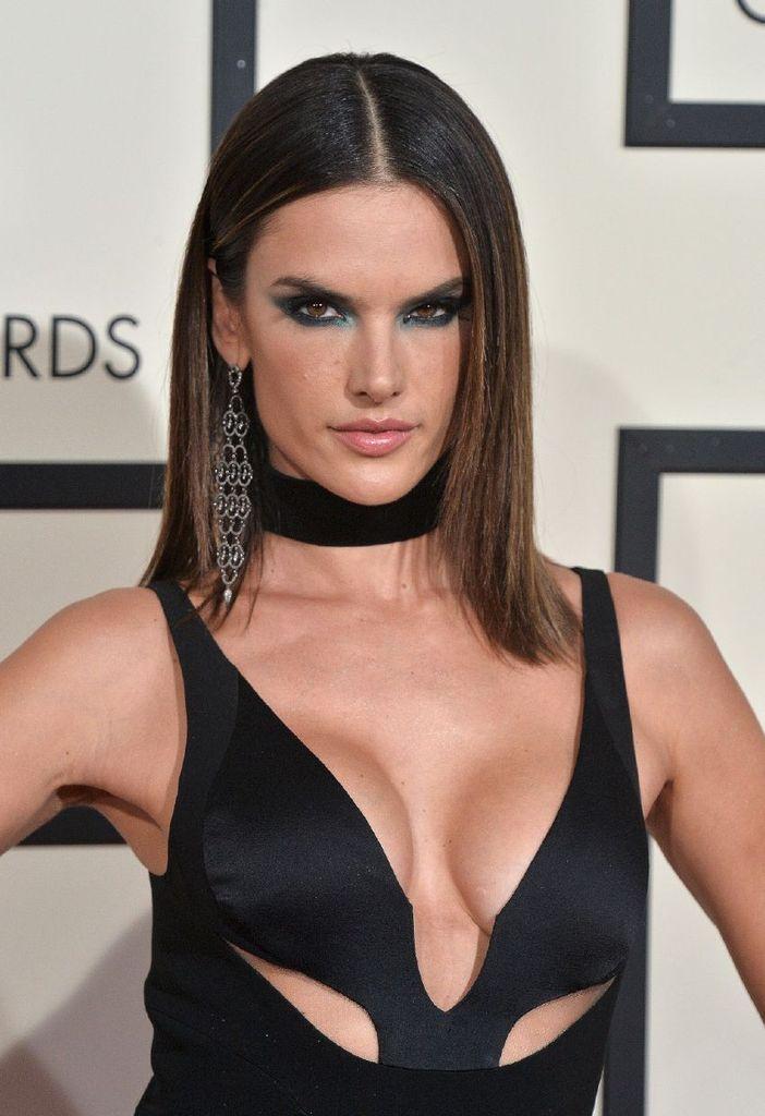 Alessandra Ambrosio - 58th Grammy Awards in Los Angeles : Global Celebrtities (F) FunFunky.com